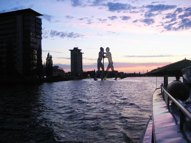 Schiffstour auf der Spree in Friedrichshain für Schiffstouren Berlin