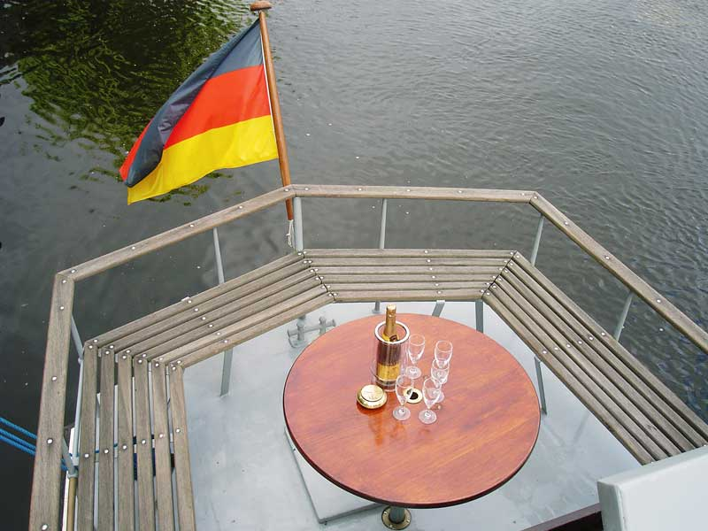Die MS Heidelberg außen mit Sekt als Partyboot Berlin